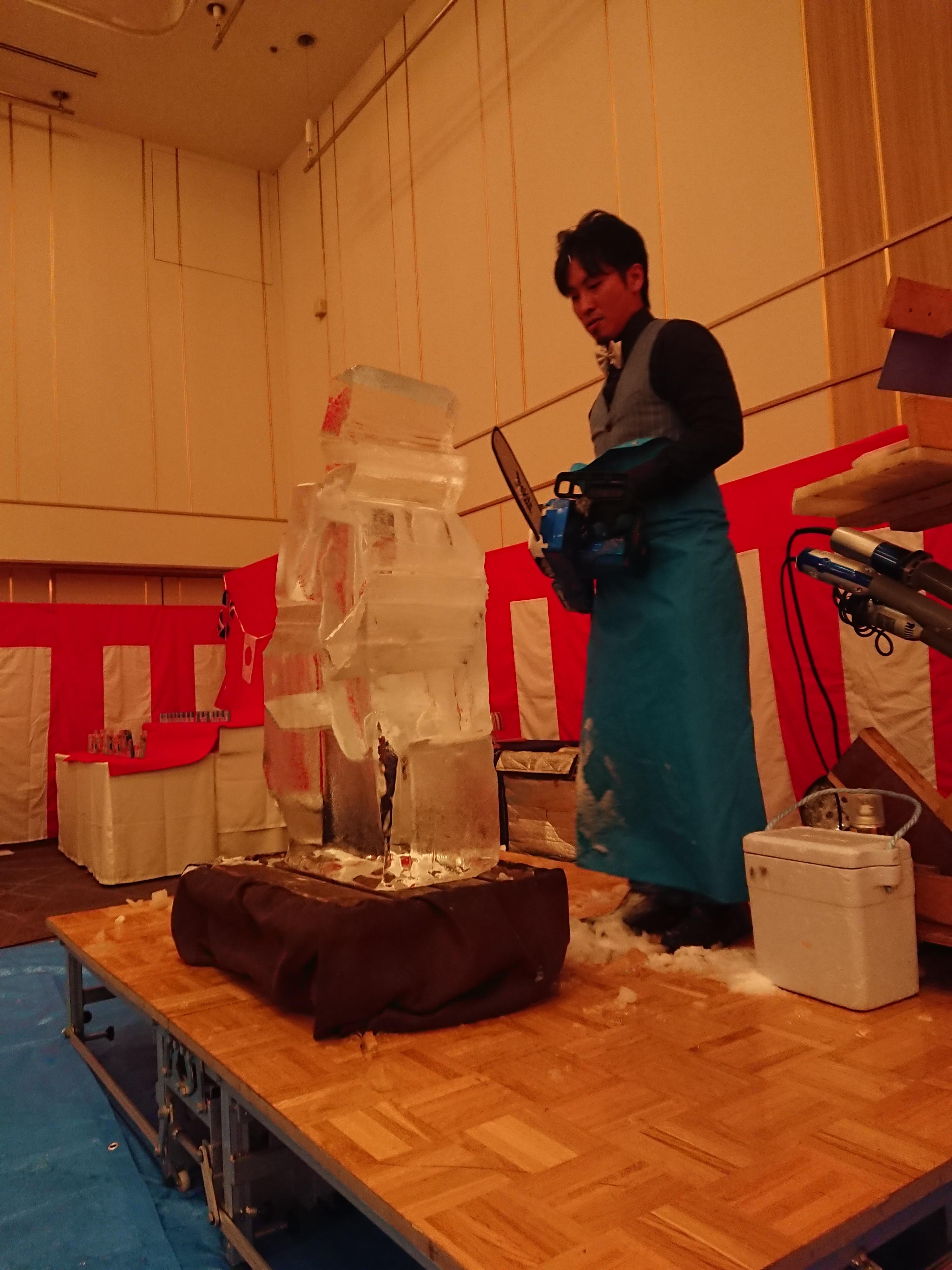 某ホテル宴会場にて氷彫刻実演ショー