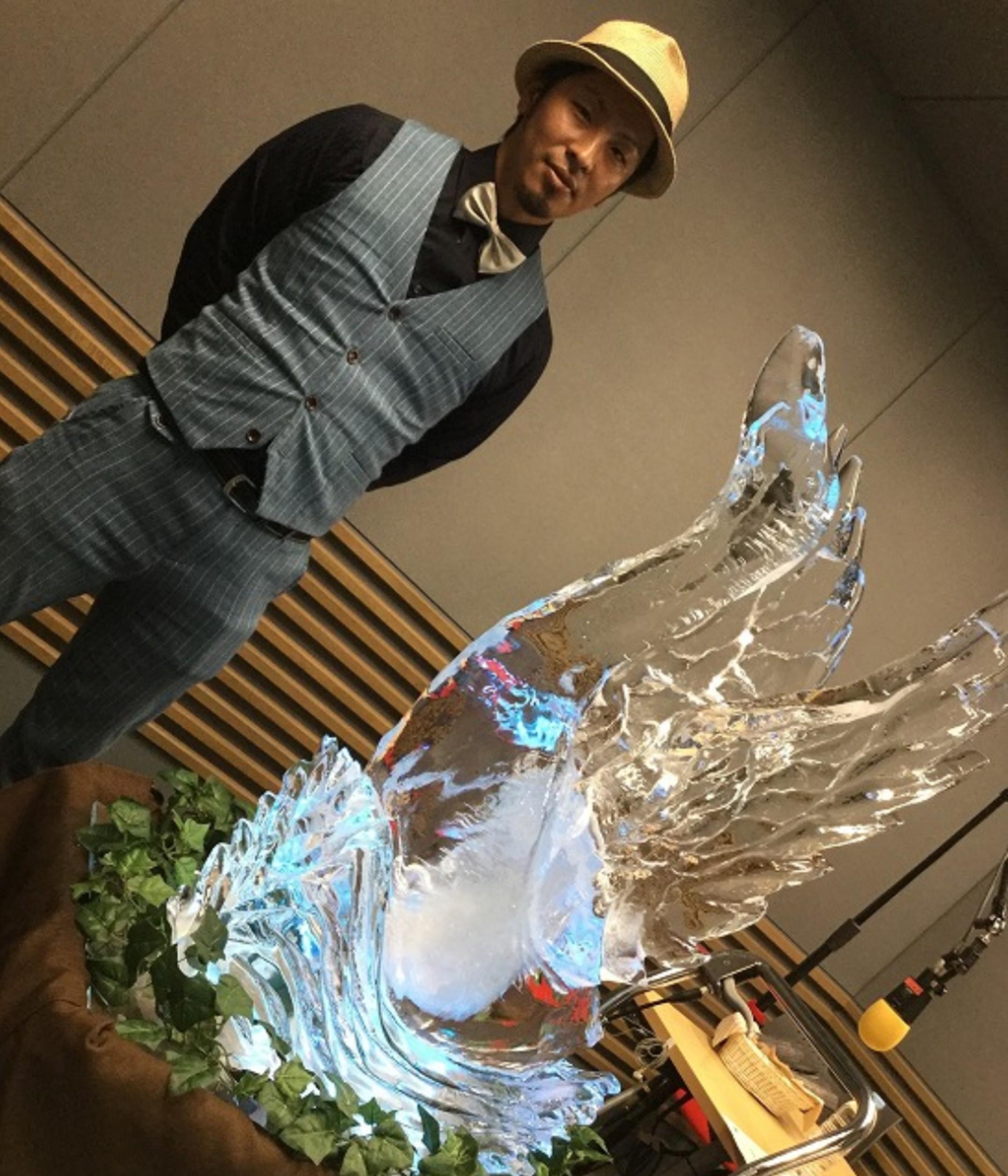 氷オブジェと一緒にコイらじに出演